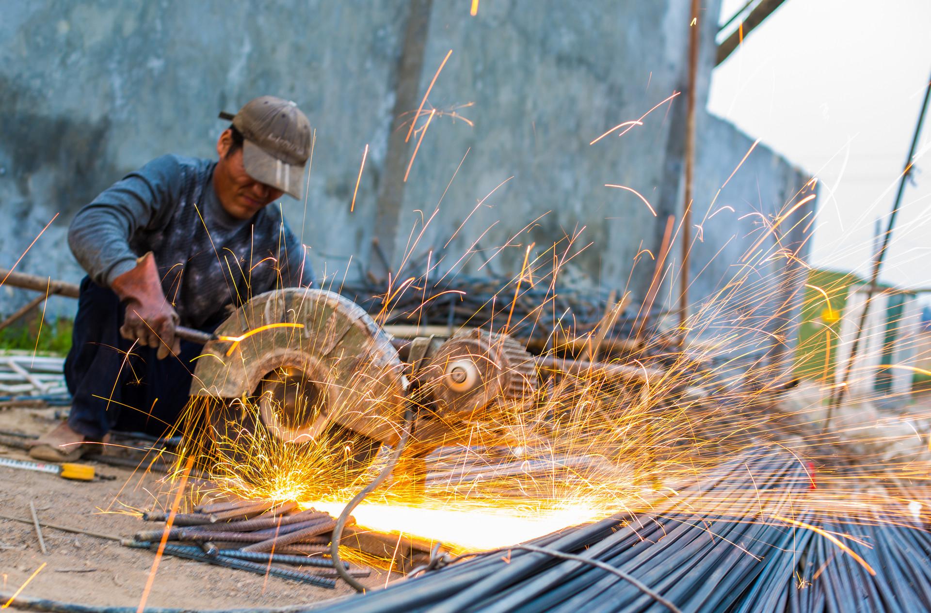 钢厂库存2个月减675万吨 两会临近钢价咋走?